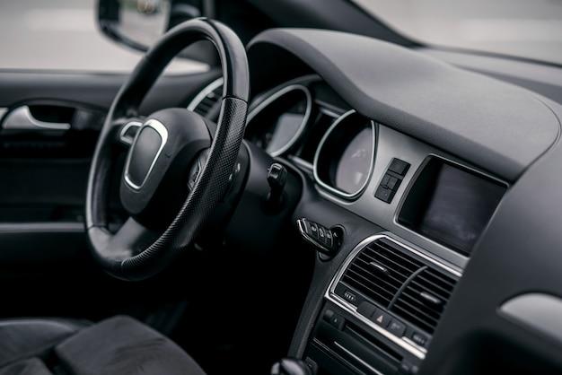 高級車のインテリア。ハンドル、シフトレバー、ダッシュボード。