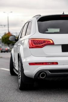 Задний свет современного дорогого автомобиля