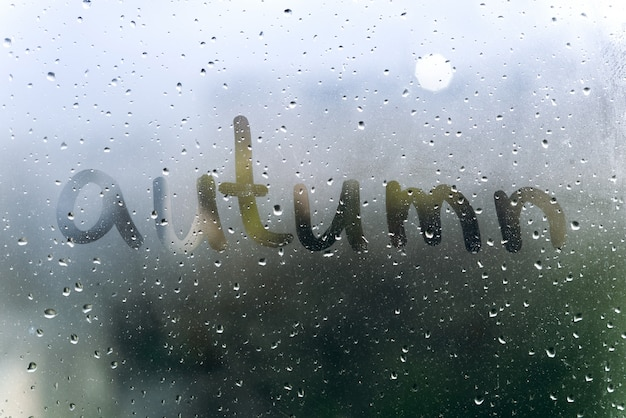 雨の日、汗まみれのガラスの碑文秋