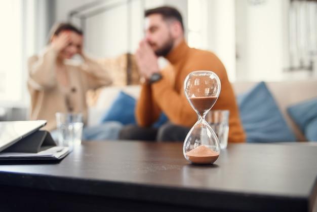 心理療法中に心理学者と一緒に座っているカップル、顔のない画像をトリミング