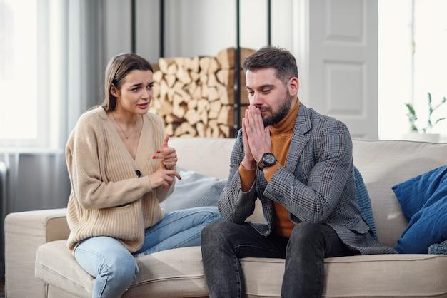自宅でけんかの後の動揺の若いカップル