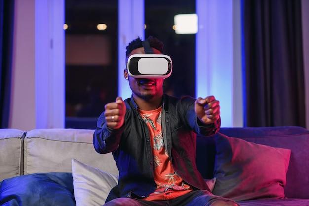 仮想画面のように空中で手を動かして拡張現実メガネをかけている、フレンドリーで陽気なアフリカ系アメリカ人のスローモーション