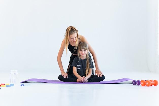 練習している子供たちは先生と体操とヨガに取り組んでいます