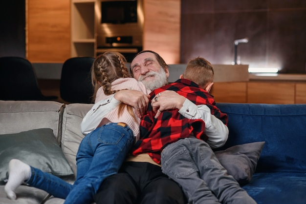 Дедушка играет и развлекается со своими внуками