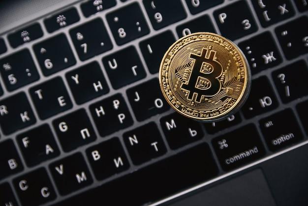 コンピューターのキーボード上のゴールドビットコイン