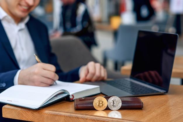Бизнесмен работает на своем рабочем месте с ноутбуком, ноутбук и делает бизнес-план