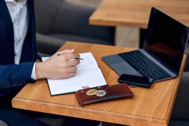 Рабочее место успешного бизнесмена с ноутбука, ноутбука, кошелька и смартфона