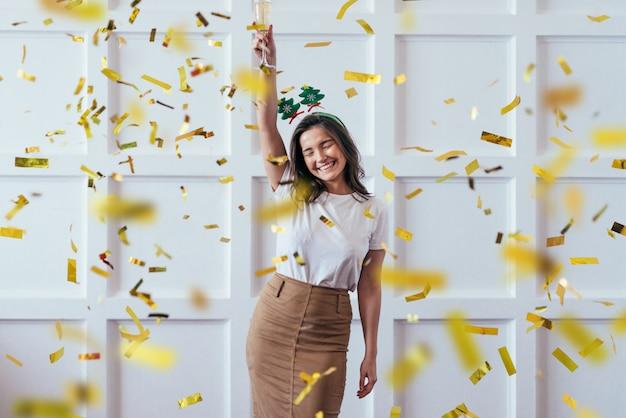 ガラスを持つ若い女性の肖像画は、クリスマスや新年を祝う