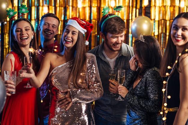 新年。クリスマスパーティーを祝う人々のグループ。