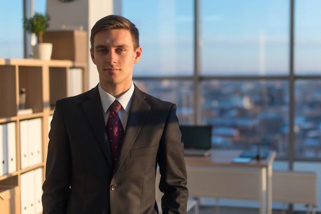 Портрет крупного плана молодого красивого бизнесмена