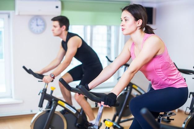 ジムで自転車に乗る人のトレーニング