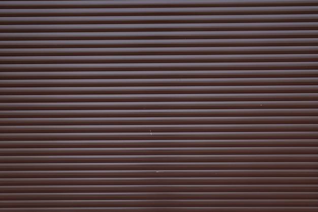 ガレージのドアコンテナーは、水平線でテクスチャ金属背景を剥奪しました。