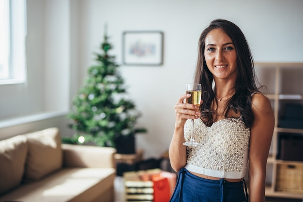 クリスマス。自宅のリビングルームで若い女性の肖像画。新年、朝、レジャー、冬。