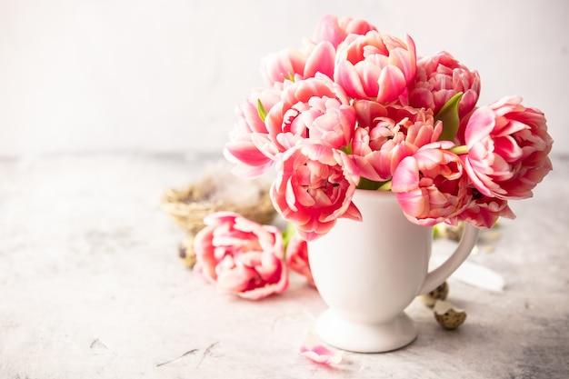Весенние цветы и пасхальные украшения на ветхих