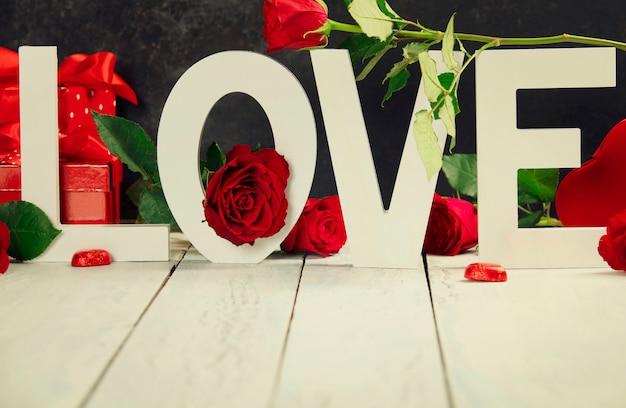 バレンタインのギフトボックス素朴な背景に木製の手紙が大好き
