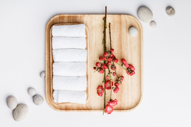 Концепция санаторно-курортного лечения, плоская композиция с полотенцами и цветами