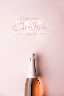 レタリングとシャンパンのボトルとメリークリスマスと幸せな新年のグリーティングカード