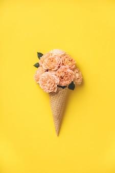 黄色のピンクのバラとアイスクリームコーン
