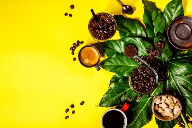 黄色のテーブルにさまざまなコーヒー