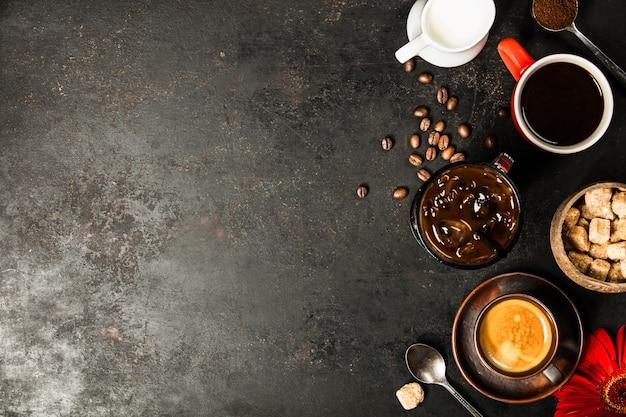 コンクリートの背景にさまざまなコーヒーの境界線