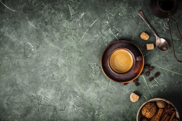 Кофе, цветы и специи на старом зеленом фоне