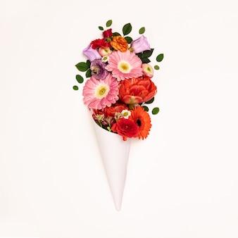 Букет цветов в бумажном конусе