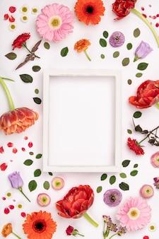 Белая винтажная рамка и цветы на белом фоне