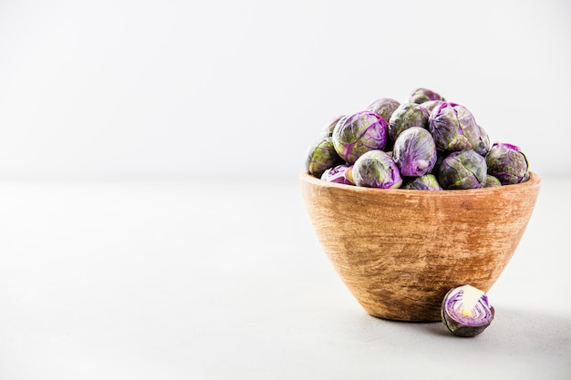 木製のボウルに紫の芽キャベツ