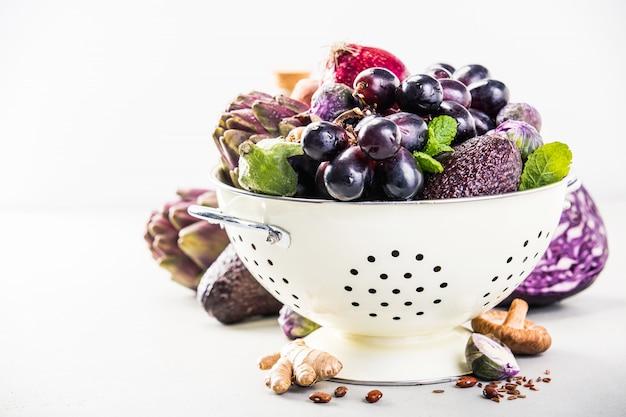 ザルの紫色の果物と野菜