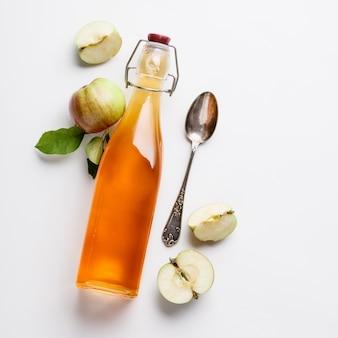リンゴ酢と新鮮なリンゴ