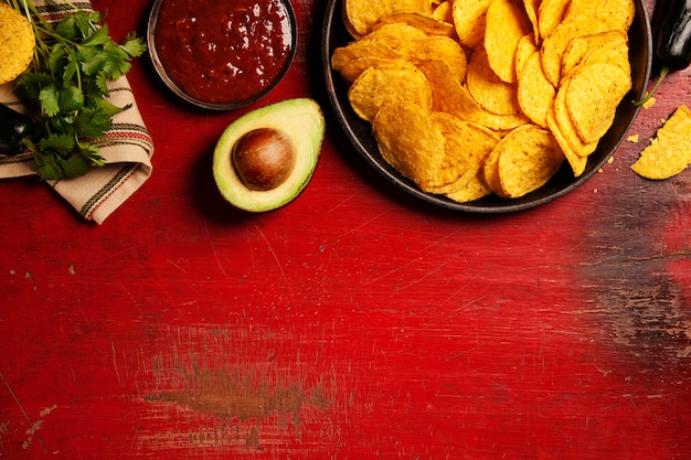 メキシコのナチョスチップとサルサソース