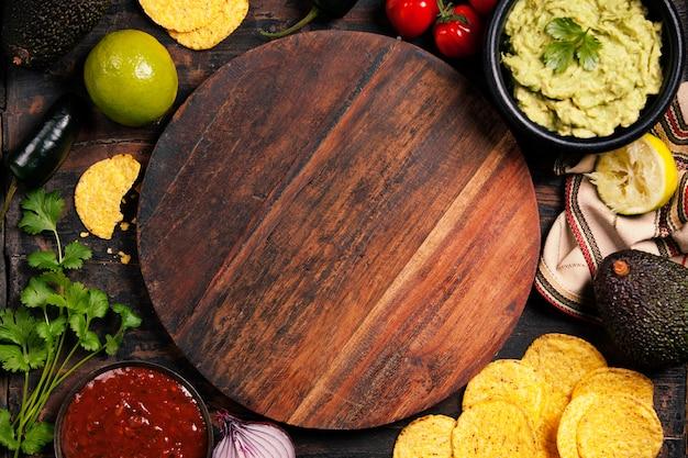自家製の新鮮なワカモレソースとサルとメキシコのナチョスチップ