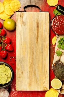 自家製の新鮮なワカモレソースとまな板とメキシコのナチョスチップ