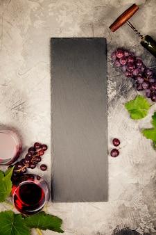 Вино и закуски. серый мраморный фон, вид сверху, копия пространства