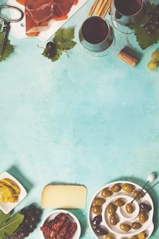 Вино и закуска на синем фоне