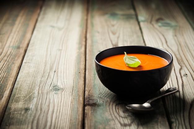 Домашний томатный суп (или гаспачо) на старый деревянный стол