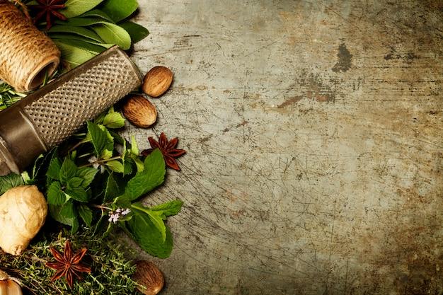 Выбор трав и специй на деревенском фоне