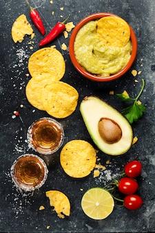 自家製の新鮮なワカモレソースとメキシコのナチョスチップのボウル