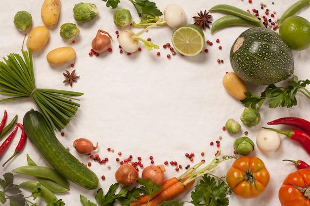 白い背景の上の有機野菜のフレーム