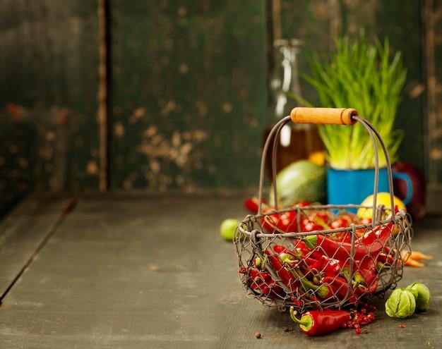 Острый красный перец и ингредиенты для приготовления