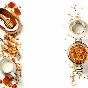 健康的な朝食-自家製グラノーラ、蜂蜜、牛乳