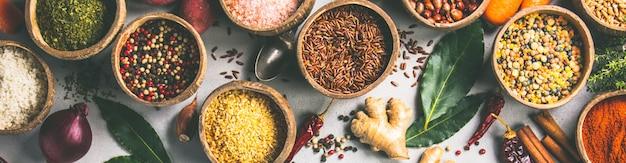 健康的な食材や素朴なマーブルの背景にスパイス