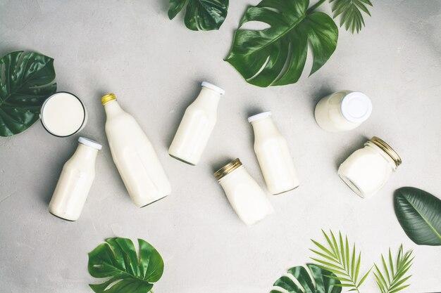 牛乳と熱帯の葉のさまざまなボトル