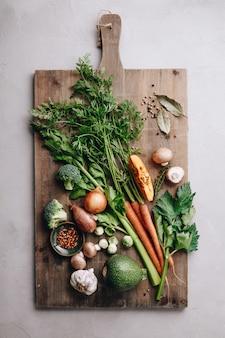 新鮮な有機野菜を使ったまな板