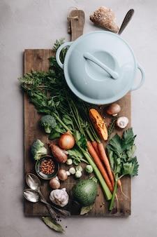 調理鍋と様々な有機食材、トップビュー