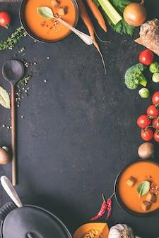 自家製トマトスープと食材のボウル
