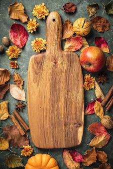 秋の紅葉、果物、緑のビンテージ背景上のスパイス