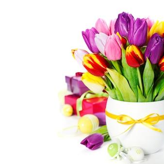 イースターエッグと春のチューリップ