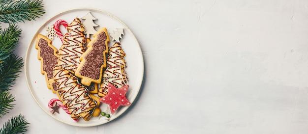 キャンディとお祝いデコレーション、フラットレイアウトとクリスマスクッキー
