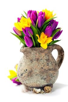 Весенние цветы и пасхальные яйца